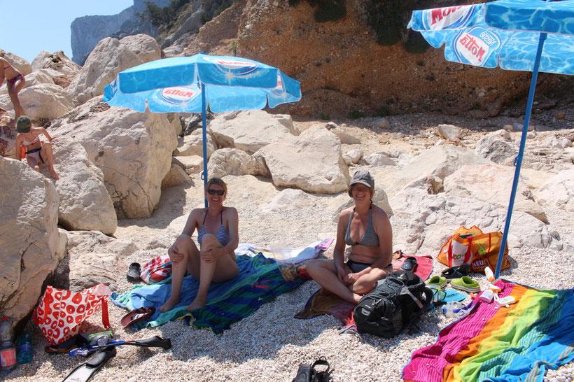 Badepause am Strand, während die Crew an Bord für das Mittagessen sorgt. So mögen wir Mütter das!