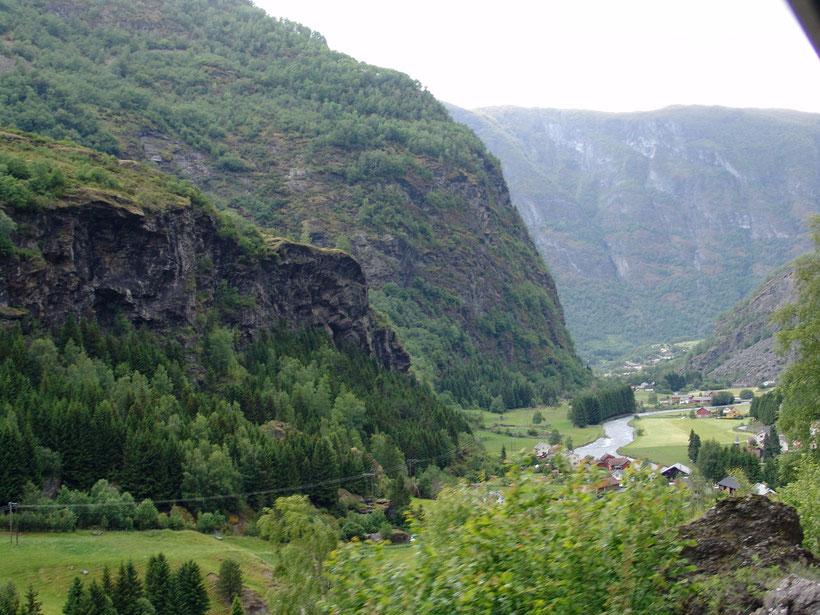 Es geht mit dem Zug stetig bergauf und vorbei an zahlreichen Wasserfällen.