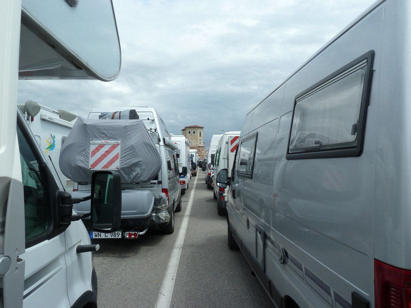 Warten auf die Fähre von Livorno nach Golfo Aranci auf Sardinien