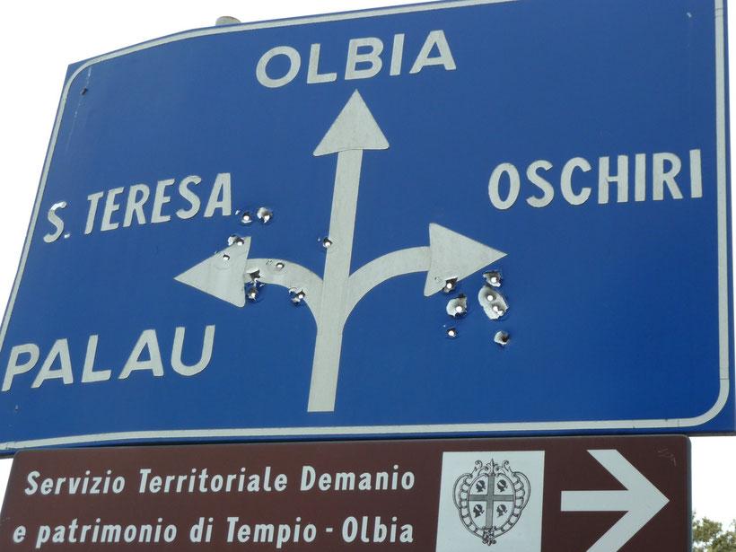 Wildwest. Einschusslöcher in einem Straßenschild im Zentrum von Pausania