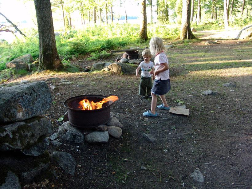 Jeder Stellplatz hat eine eigene Feuerstelle, das Brennholz kauft man für 50 Kronen