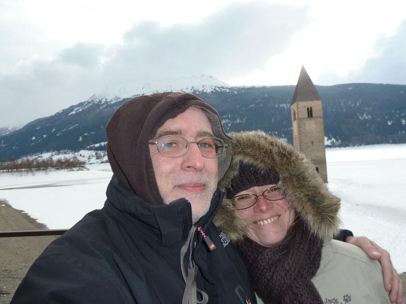Gugugg! Selbstauslöser-Aufnahme am Reschen-See. Unseren Leichtmatrosen war es draußen zu kalt.