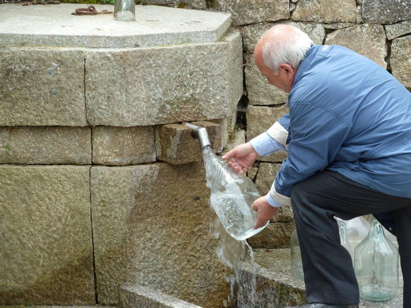 Einheimische füllen Frischwasser bei Tempio aus der Quelle Fonte Rinaggiu in mitgebrachte Flaschen