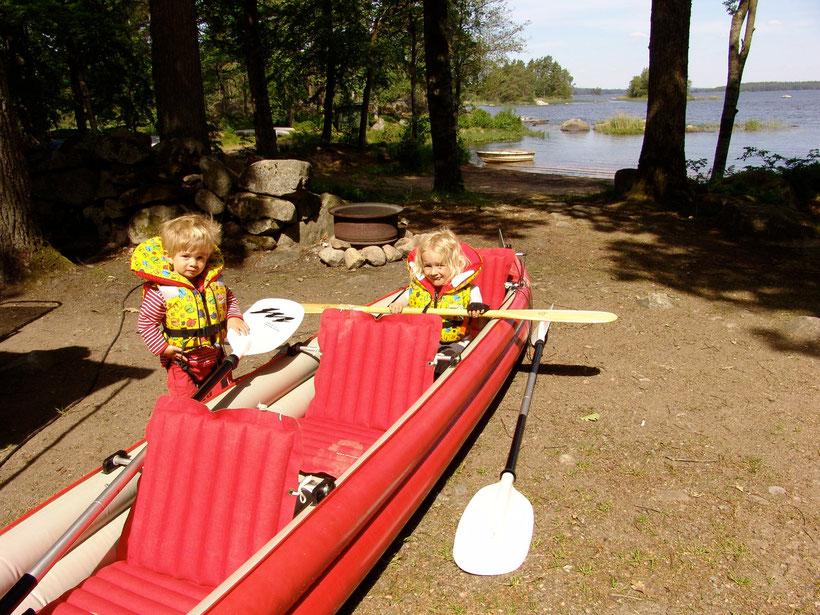 Wir packen unser Kanu aus und paddeln auf dem ruhigen Asnensee