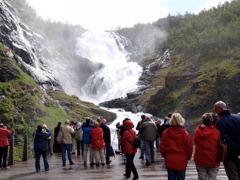 Ein Zwischenstopp lädt zu einer Besichtigung des Wasserfalls ein, während zu mystischen Klängen eine Aufführung in der Ruine stattfindet