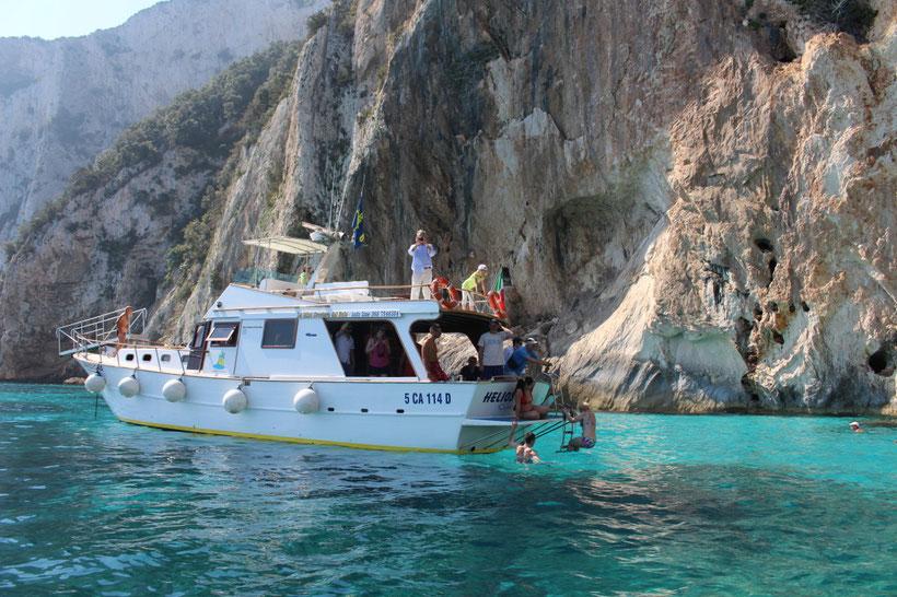Während die einen die Grotte del Fico besuchen, baden die anderen schon mal im Meer