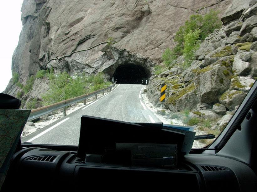 Dunkle, unbeleuchtete und teilweise neblige Tunnel machten das Fahren sehr anstrengend