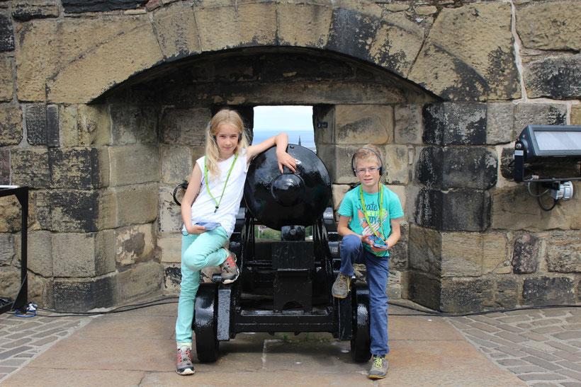 Eine der Kanonen, die 10 Tonnen schwere Mons Meg, erlangte traurige Berühmtheit. Ein Rohrkrepierer riss 1680 einem Trommler den Kopf ab. Seither spukt es im Castle ...