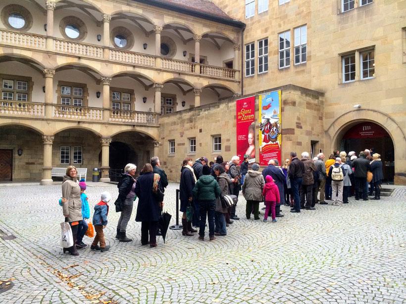 Warteschlange vor der Sonderausstellung im Alten Schloss, Stuttgart