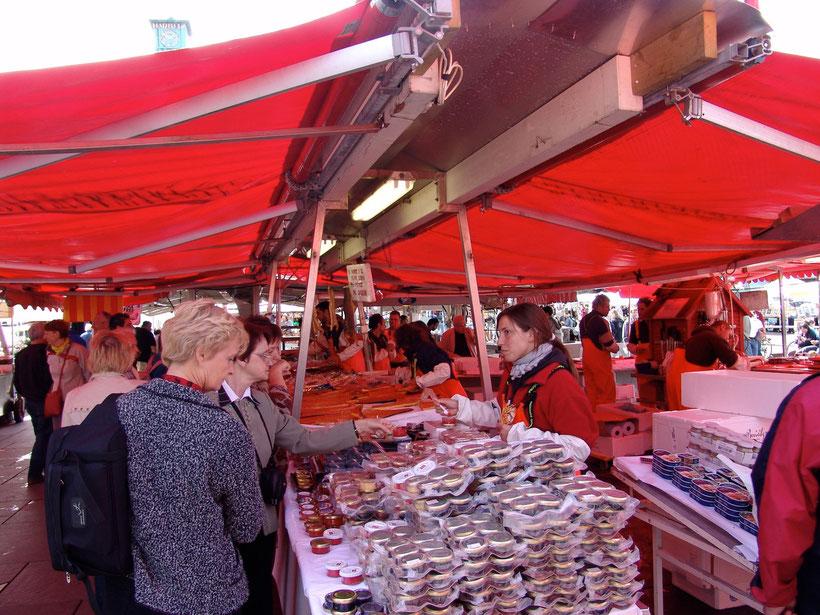 Der berühmte Fischmarkt in Bergen. Die Preise sind astronomisch hoch. Die Fischläden in den benachbarten Seitenstrassen bieten das gleiche Angebot deutlich günstiger an.