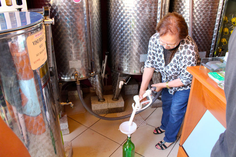 Wein von der Tankstelle. Jerzu, Ostküste