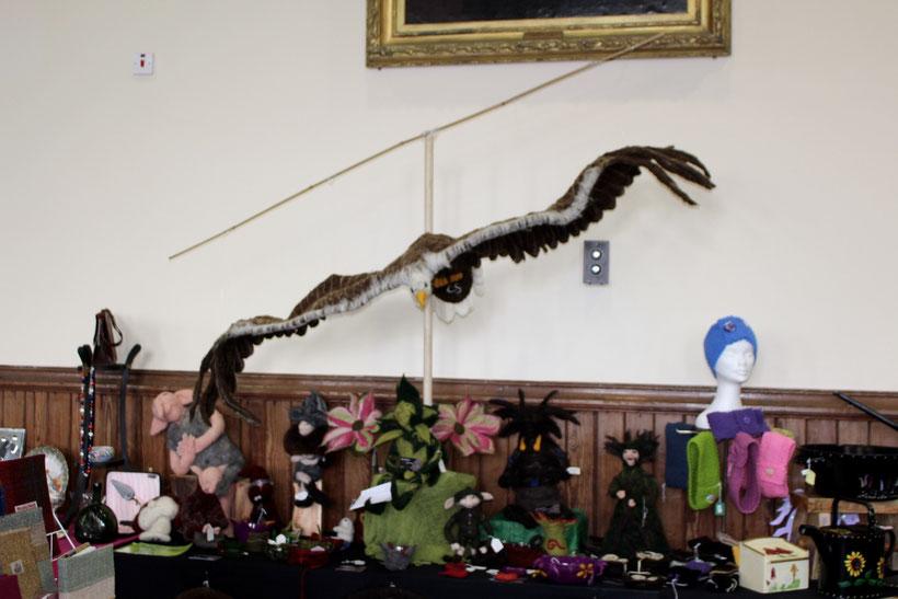 Künstlermarkt in Portree. Filzvogel zum haarigen Preis von 340 Pound.