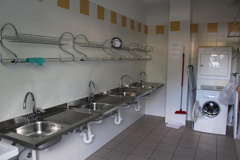 Spülbecken, Waschmaschine, Trockner, Wäscheständer, Bügelbrett ... alles da!