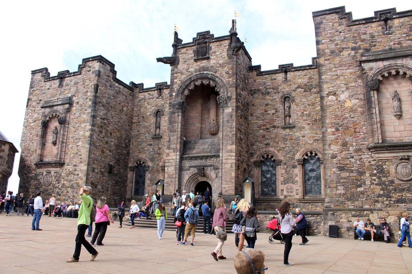 Edinburgh Castle. Im bestbewachten Zimmer Schottlands liegen hinter dickem Panzerglas die schottischen Kronjuwelen der Queen. Striktes Fotografierverbot!