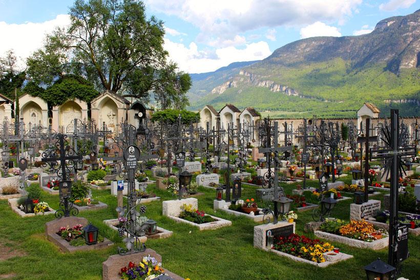 Schmiedeeiserne Grabkreuze. Friedhof Kurtatsch
