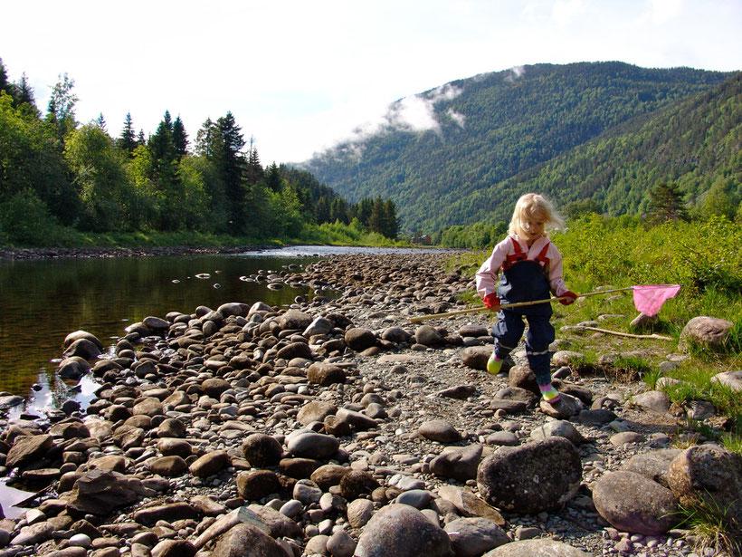 Der Campingplatz liegt direkt am Fluss, was Anna natürlich für eine Erkundung nutzt.