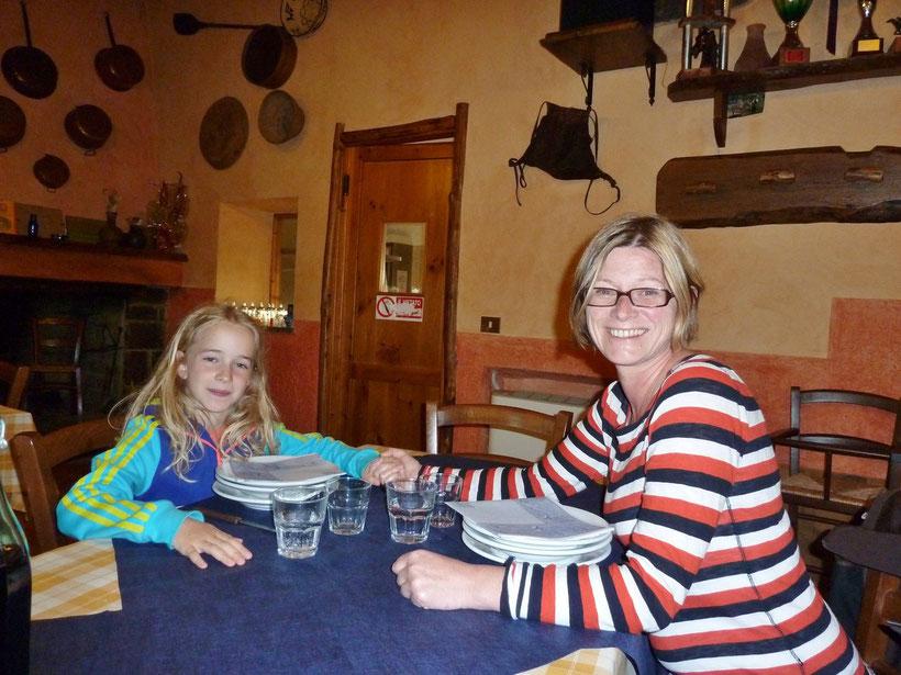 Üppiges sardisches Abendessen. Agriturismo Nuragh` Elighe