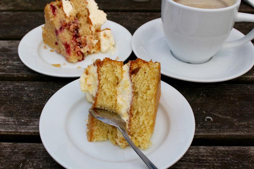Coffee-Time. Feiner englischer Kuchen im Hofcafe der Fir Tree Farm