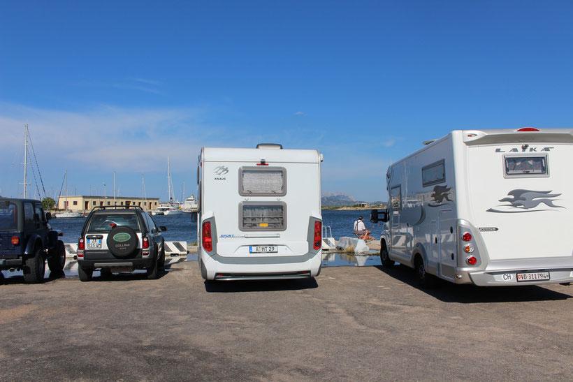 Olbia. kostenfreier Parkplatz an der Marina, der auch von WoMo´s zum Übernachten genutzt wird
