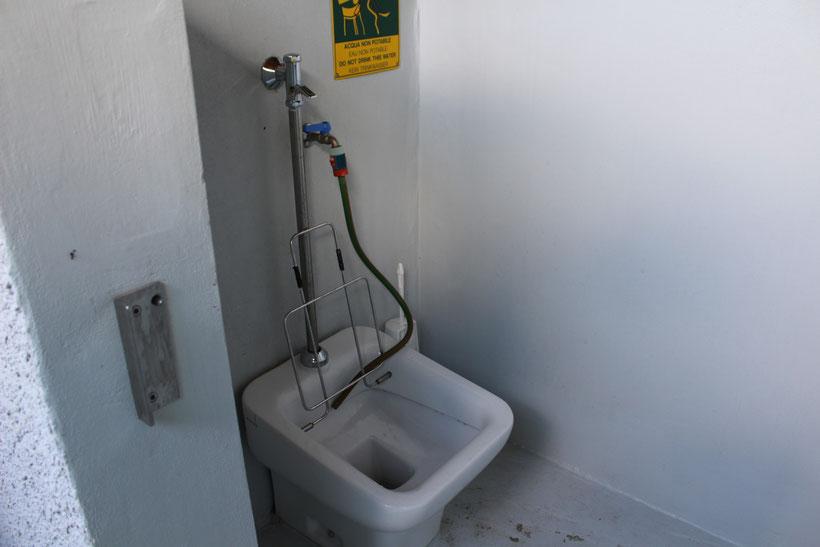Eine saubere Sache! Entleerung für die Chemie-Toilette in einem separaten Bereich des Sanitärgebäudes.