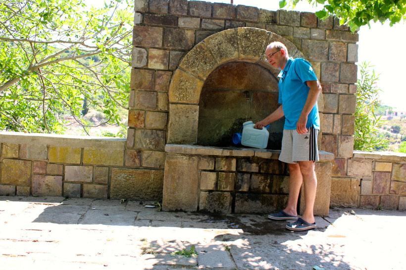 Köstliches Frischwasser aus der Quelle