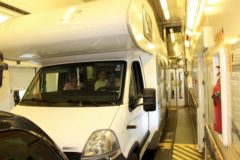 """Pendelzug """"Le Shuttle"""". Hund & Mensch bleiben während der Fahrt im Abteil"""