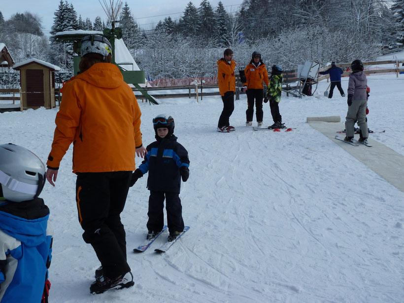 Kleiner Held auf Skiern
