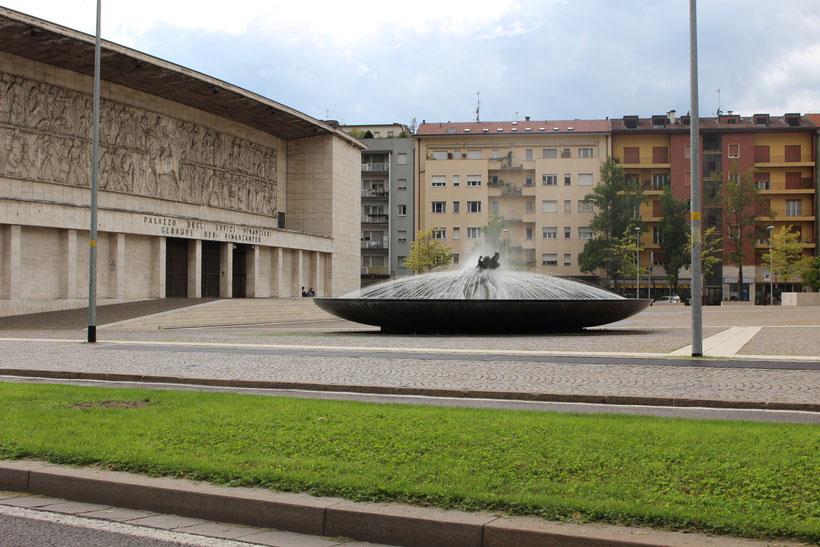 """Als """"Haus der faschistischen Partei"""" erbaut, nutzt heute die Finanzbehörde den monumentalen Klotz"""