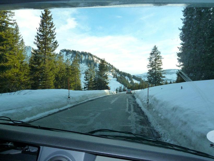 Anfahrt über den Riedbergpas. Bei schwierigen Wetterverhältnissen besser über Hittisau (A) anreisen!