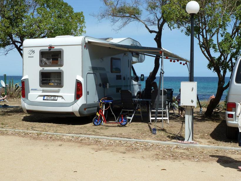 Die Villa auf dem Campingplatz Capo Ferrato. Sind die Lampions nicht soooo schön?!