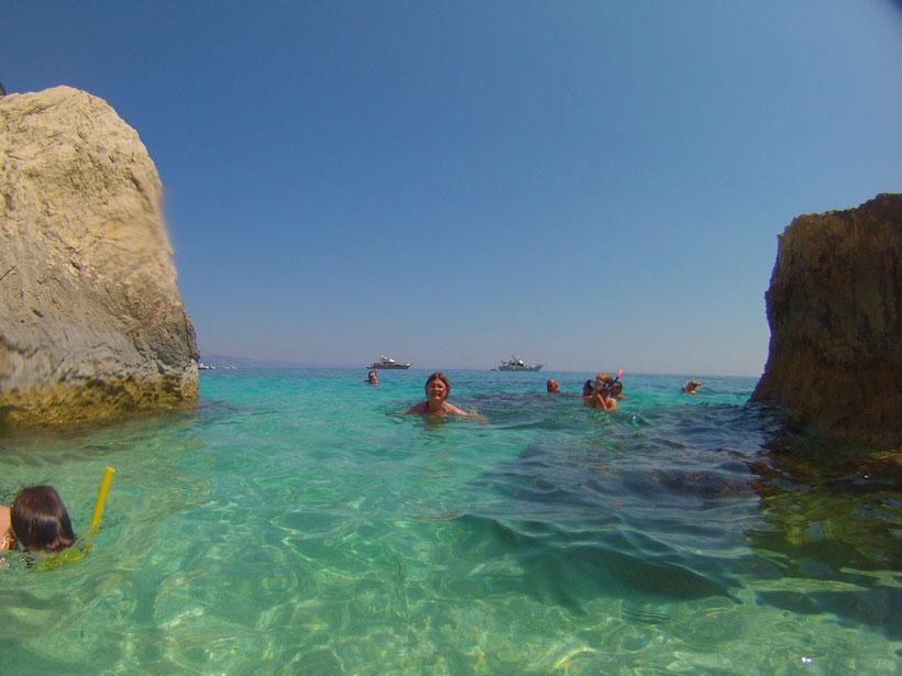 Im Hintergrund die Helios. Badepause am Strand
