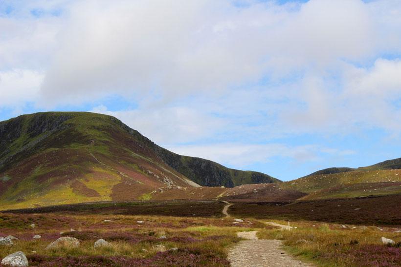 Glen Clova. Gut sichtbarer Wanderpfad zum Hochlandsee Loch Brandy