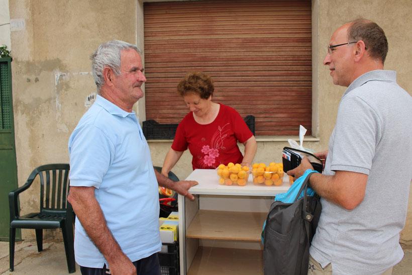 Man spricht deutsch. Wunderbare Aprikosen und eine nette Begegnung in Bari Sardo Danke!