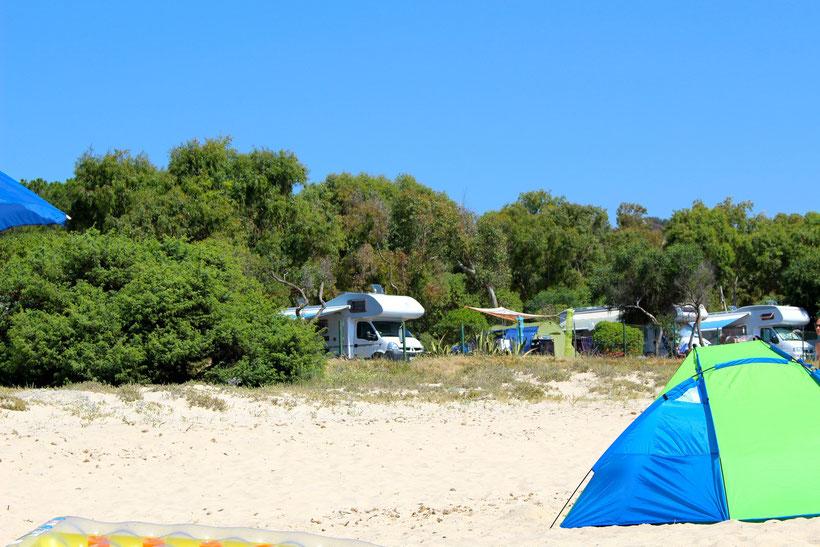 Blick vom Stand zum Camping Capo Ferrato