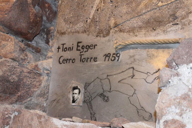 """Erinnerung an Toni Egger. In einem anderen Raum liegt aufgebahrt in einer Vitrine der Schuh von Messners tödlich verunglücktem Bruder. Dazu tönt """"Blowing in the Wind""""."""