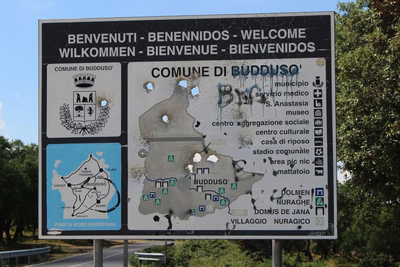 Sardischer Volkssport: Ortsschilder beballern