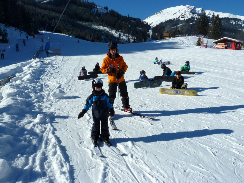 Kleiner Held mit Skilehrer: Mission Pizza erfüllt!