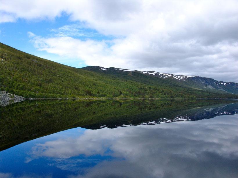 In der Tiefebene erwarten uns klare Seen und herrliche Spiegelungen