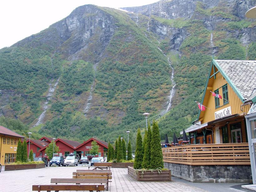 Flam liegt eingebettet in mitten eines Fjord