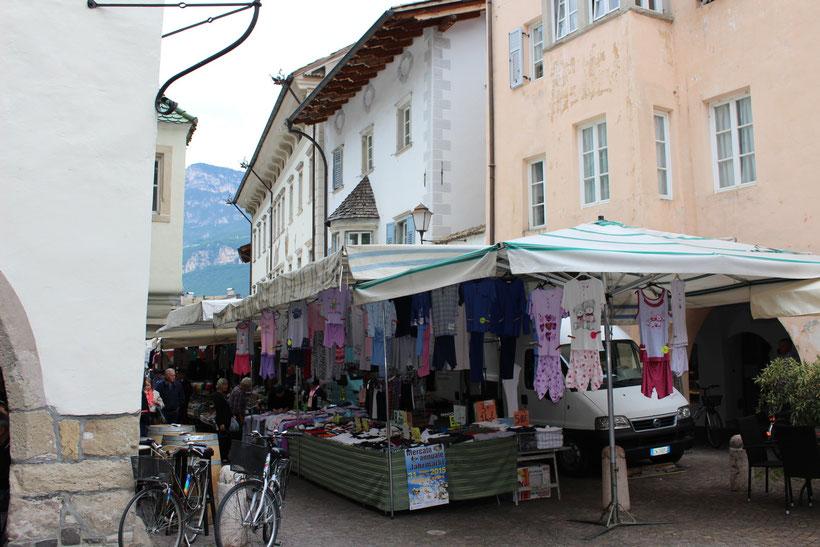 Schlüpfer an Schlüpfer, Bluse an Bluse. Markt in Neumarkt