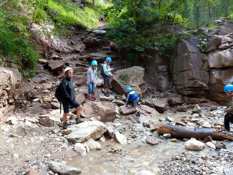 Wasser und jede Menge Steine. So macht wandern Spaß