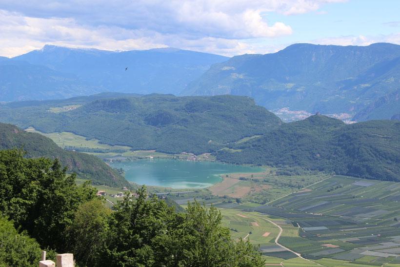 Buschenschank Lenzenhof, Graun. Blick auf das blaue Herz: der Kalterer See