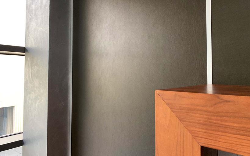 Wandfolierung mit Möbelfolie in Lederoptik, exclusive Lederwand, Chefbüro, Möbelfolierung, Raumdesign, Bürodesign, Innenwandveredelung  (© WÖRLE medien, Werbetechnik Würzburg)