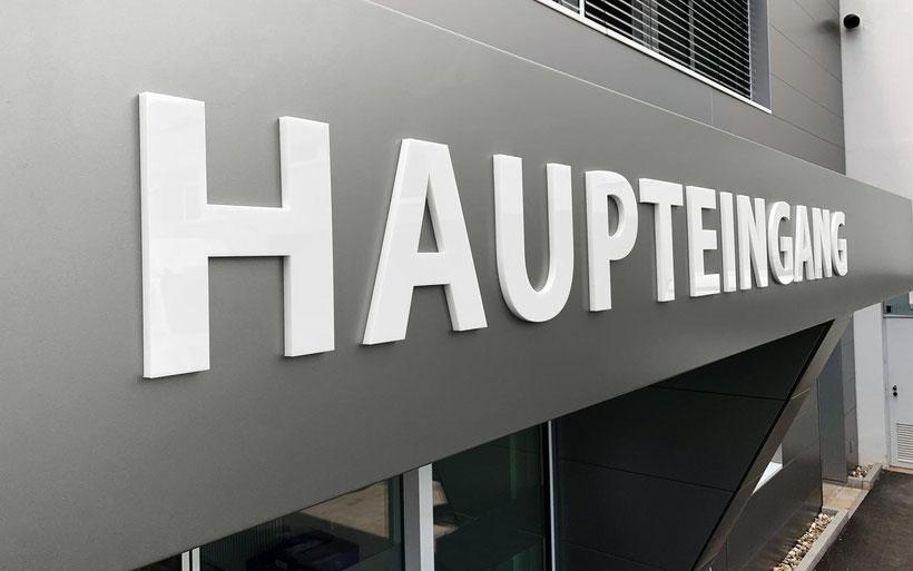 Acrylbuchstaben, Einzelbuchstaben, Reliefbuchstaben, Fassadenbeschriftung, Werbetechnik, Würzburg, Beschriftung Firmengebäude