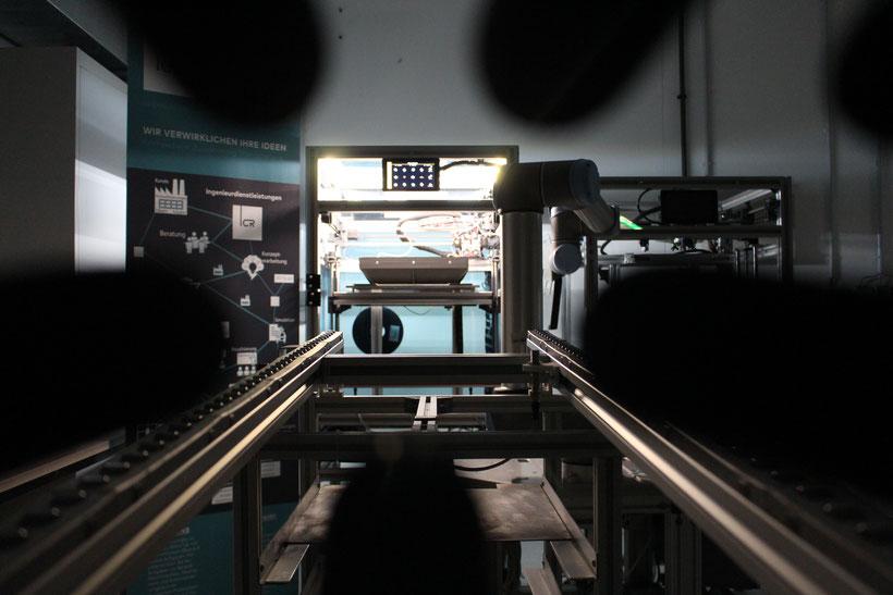 Massenfertigung mit 3D-Druckern von CR-3D mit der voll automatisierten Roboter Printingfarm