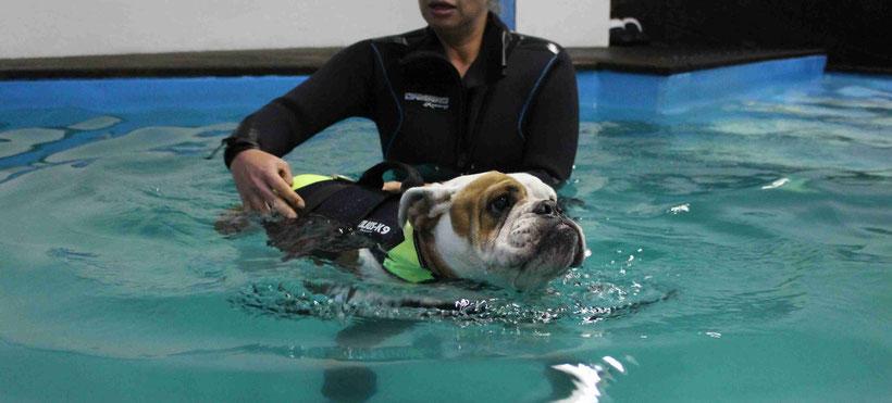 Käthe beim Schwimmen