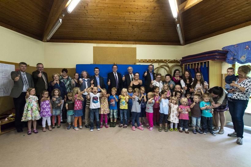 Gemeinsam sind wir spitze. Herzlicher Empfang für Bischof Hein (hinten zentral)  in der Kindertagesstätte Pusteblume in Ebsdorf (Foto: Karl-Günter Balzer)