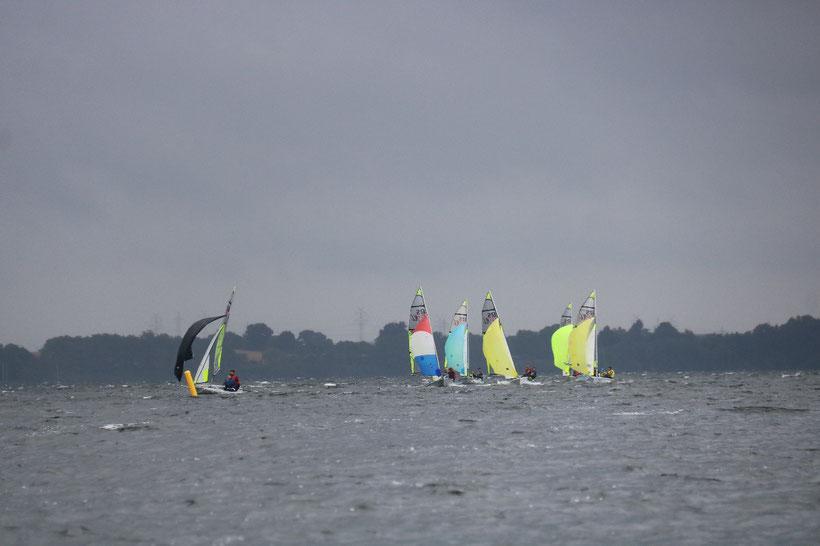Bei starkem Wind halbiert sich fast das Feld (hier im Training)