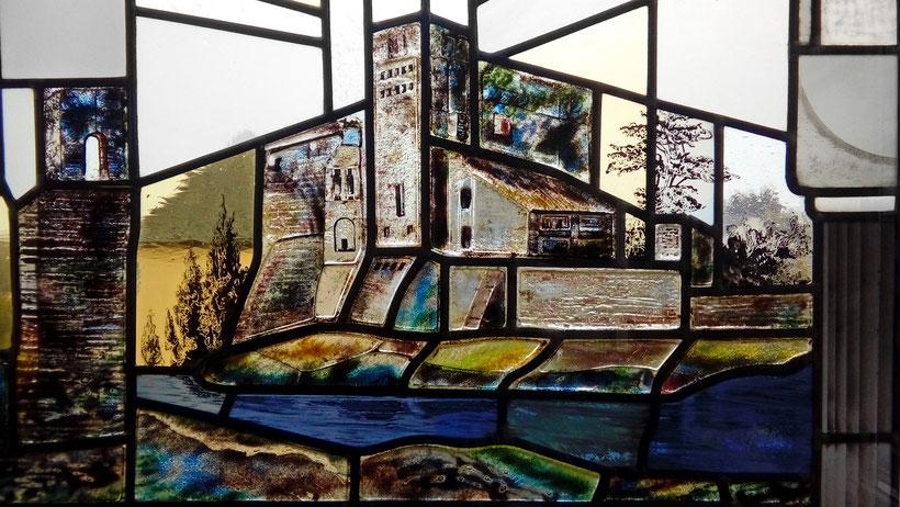 Bleiglasfenster mit dem Motiv der einstigen Weiskircher Talburg von Franz Luy erschaffen - im Sitzungssaal des Rathauses.