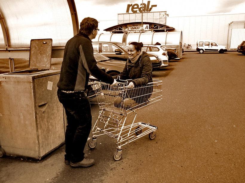 Leute beim Einkaufen (2014)